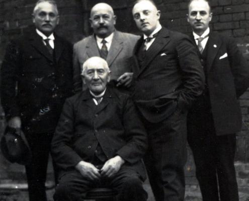 5.-Fritz-Lüttgerding-sitzend-mit-Sohn-Karl-und-Enkel-Karl-zweite-Reihe-Mitte.jpg